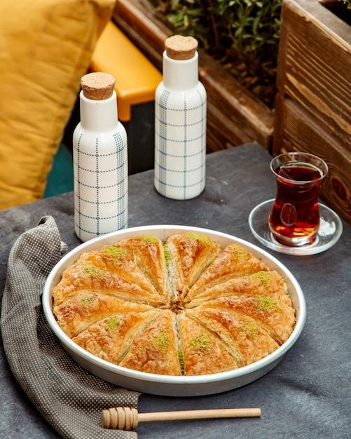 Пахлава и черный чай в бокале армуду Бесплатные Фотографии