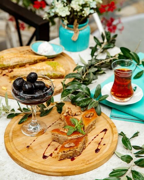 Пахлава с ореховым джемом и черным чаем Бесплатные Фотографии