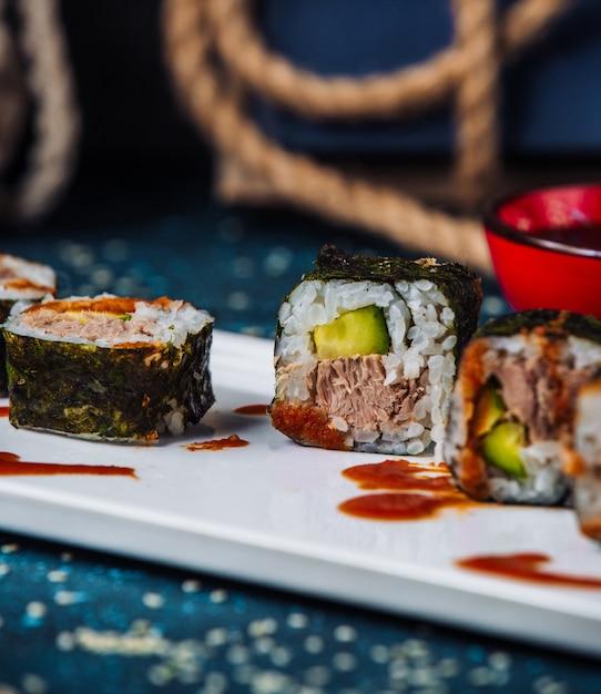 Крупным планом нори суши роллы с тунцом и огурцом Бесплатные Фотографии