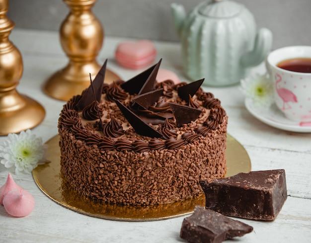 Шоколадный торт украшенный кусочками шоколада Бесплатные Фотографии