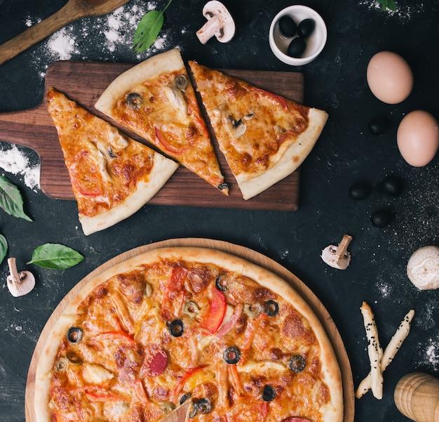 キノコとペパロニのピザ 無料写真