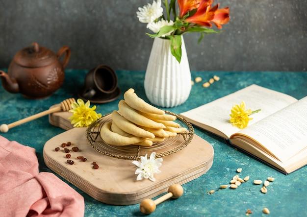 Банановое печенье с цветами на столе Бесплатные Фотографии