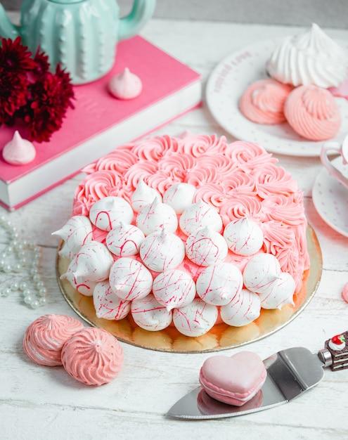 Торт украшен кремом и безе Бесплатные Фотографии