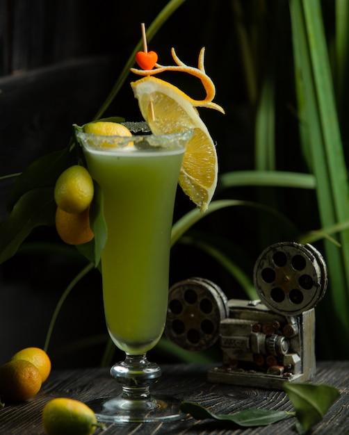 Коктейль с кинканом и ломтиком лимона Бесплатные Фотографии