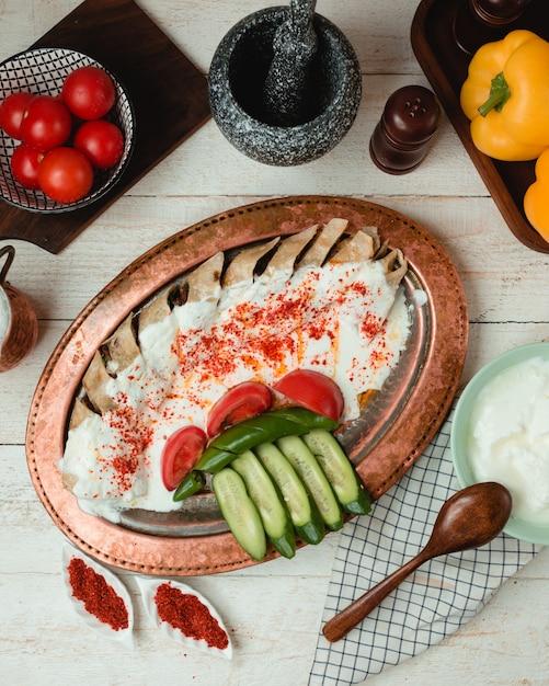 Донер в лаваше с простым йогуртом, помидорами, огурцами и перцем чили Бесплатные Фотографии