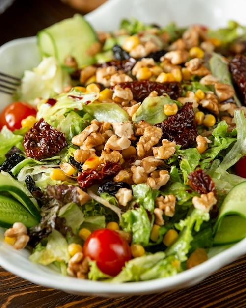 新鮮な野菜、クルミ、トウモロコシのサラダ 無料写真