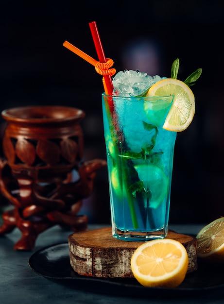 レモンスライスと青いアイスカクテル 無料写真