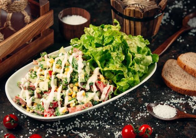 Салат из свежих овощей на столе Бесплатные Фотографии