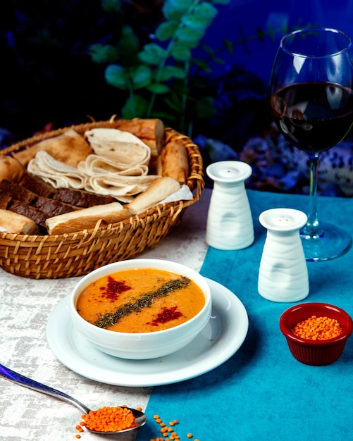 赤唐辛子と乾燥ハーブ入りレンズ豆のスープ 無料写真