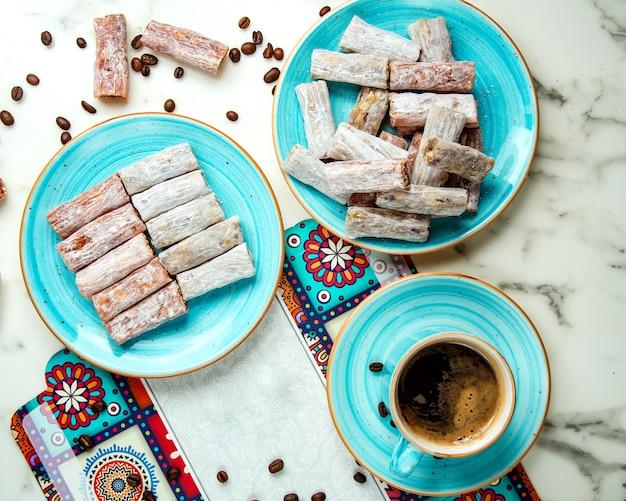 Лукум на тарелке и чашка кофе Бесплатные Фотографии