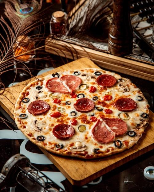 ソーセージオリーブとトマトのミックスピザ 無料写真
