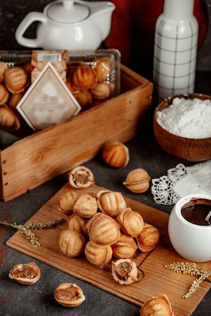 Песочные орехи, фаршированные вареной сгущенкой Бесплатные Фотографии