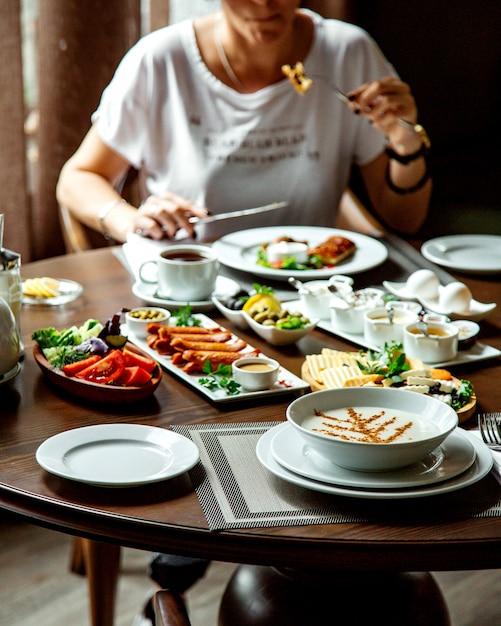 Каша и другая еда на завтрак Бесплатные Фотографии