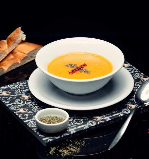 テーブルの上のレンズ豆のスープ 無料写真