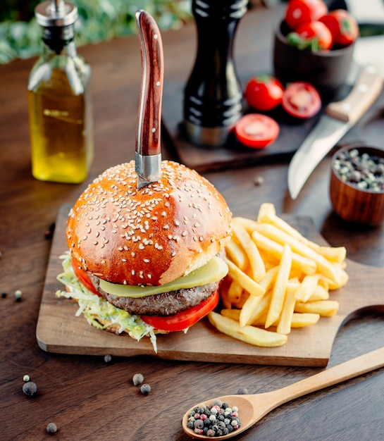 ミートバーガーと野菜とフライドポテト 無料写真