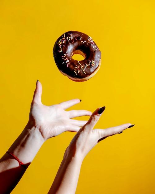 チョコレートとキャンディーの上にドーナツ 無料写真