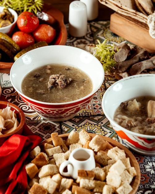 クラッカーとサイドクラッカーのスープ 無料写真
