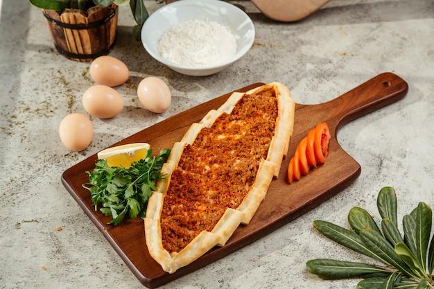 Лепешка по-турецки с мясным фаршем и томатным топингом Бесплатные Фотографии