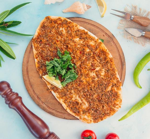 Турецкий лахмаджун с мясом и сыром Бесплатные Фотографии