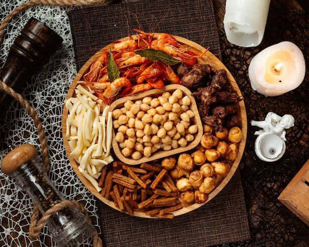 エビひよこ豆のひもチーズと丸いビールスナック盛り合わせのトップビュー 無料写真