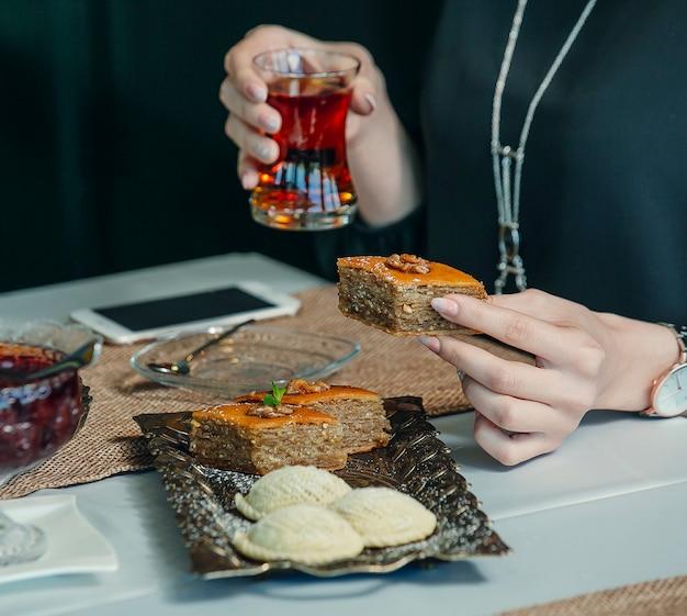 Пахлава и шекербура представлены в винтажном блюде в чайной сервизе Бесплатные Фотографии