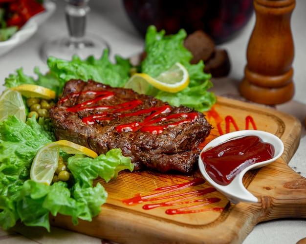 Стейк из мяса с кетчупом Бесплатные Фотографии