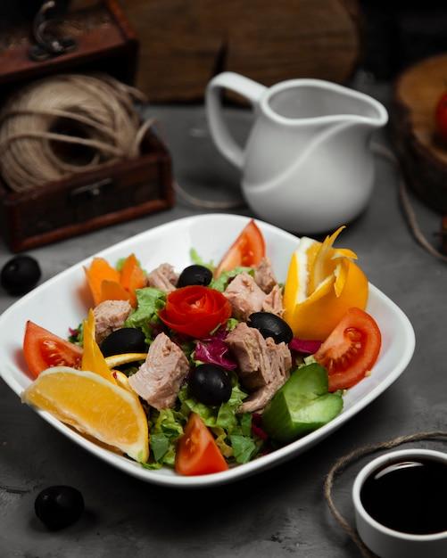 Смешанный овощной салат с отварным мясом в тарелке Бесплатные Фотографии
