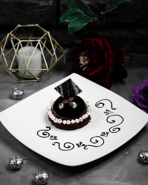 Маленький черный торт, украшенный шоколадом Бесплатные Фотографии