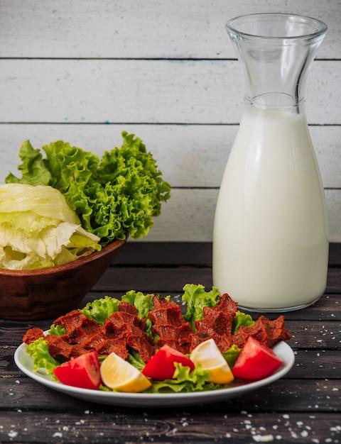 ナスキャビア野菜と牛乳のテーブル 無料写真