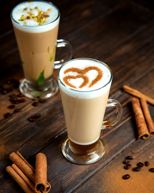 Пара кофейных напитков с молоком Бесплатные Фотографии