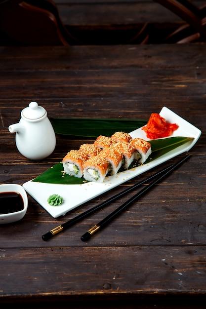 Классические суши роллы в тарелке Бесплатные Фотографии