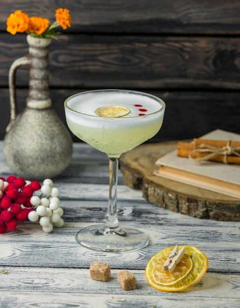 Лимонный коктейль с ломтиком лимона на столе Бесплатные Фотографии