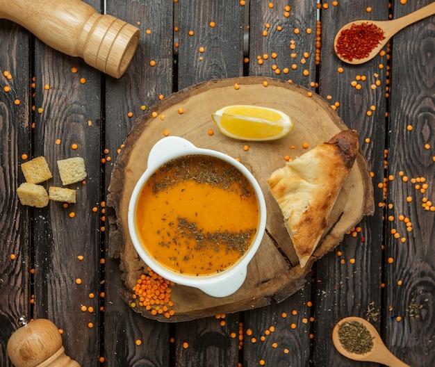 木の板の上面にレンズ豆のスープ 無料写真