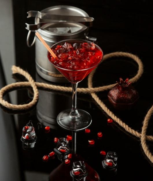 Гранатовый коктейль на столе Бесплатные Фотографии