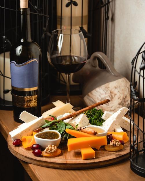 赤ワインとチーズプレート 無料写真