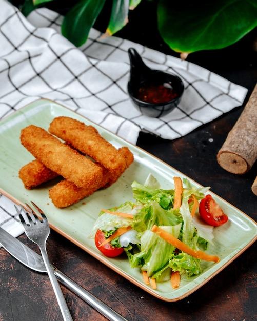 Куриные наггетсы с овощами на столе Бесплатные Фотографии