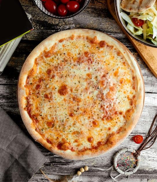 テーブルの上のマルガリータピザ 無料写真