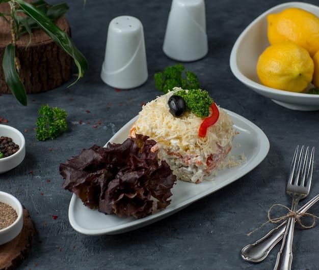 ポテト、ニンジン、鶏肉、卵白、オランダ産チーズのポーションミモザサラダ 無料写真
