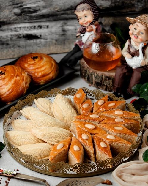 Традиционная азербайджанская выпечка, шакарбура и бахлавская тарелка Бесплатные Фотографии