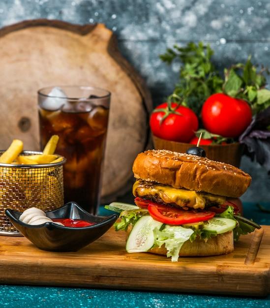 フライドポテト、マヨネーズ、ケチャップを添えたビーフバーガー 無料写真