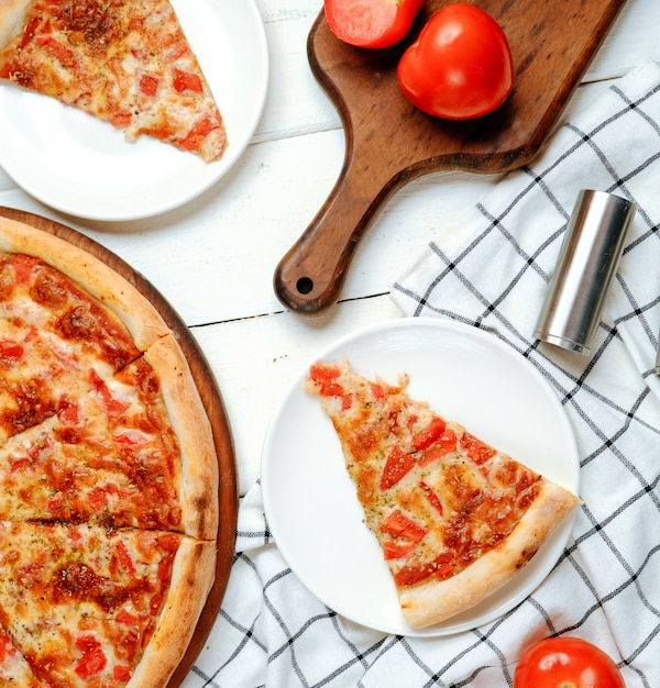 テーブルの上のピザマルガリータ 無料写真