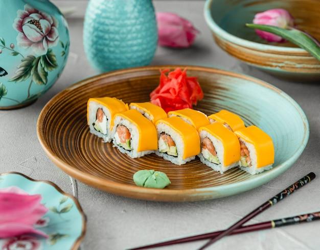 アボカド、マヨネーズ、チーズ入りの寿司 無料写真