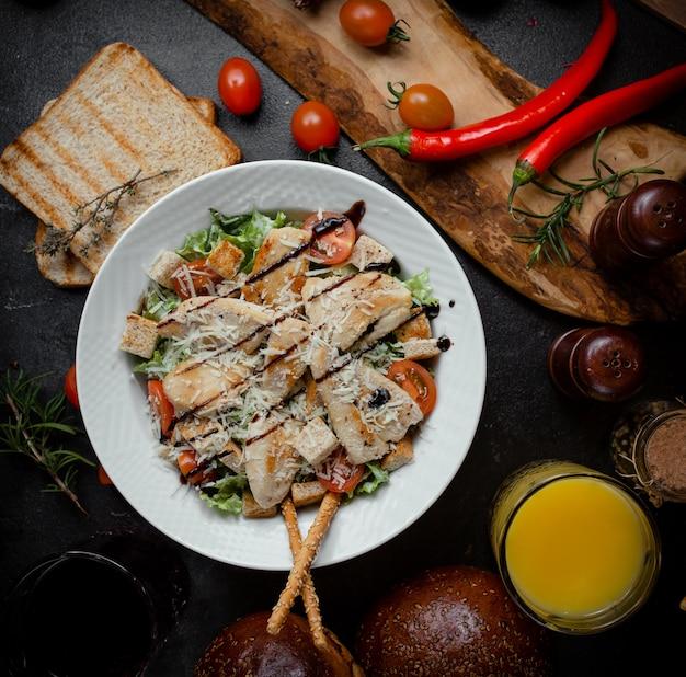 Классический салат цезарь с тертым пармезаном Бесплатные Фотографии