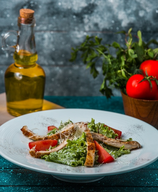 Бараньи палочки гриль с листьями салата, ломтиками помидоров, сыром в соусе Бесплатные Фотографии