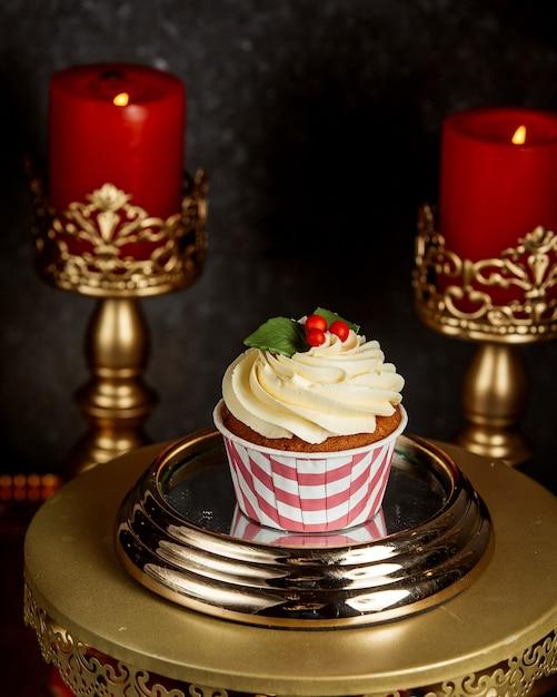 Шоколадный кекс с ванильным кремом и елочными украшениями Бесплатные Фотографии
