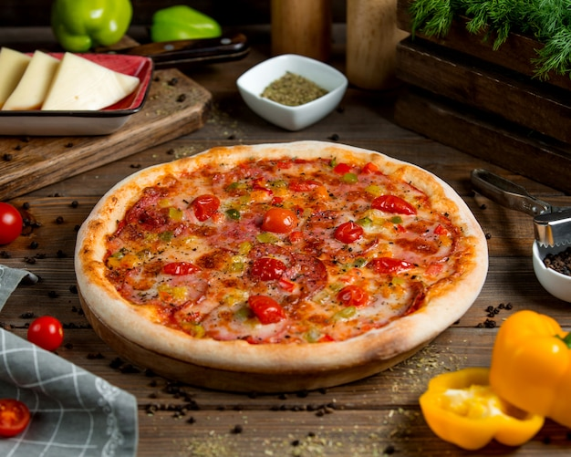 Пицца пепперони с томатным перцем, зеленью и сыром Бесплатные Фотографии