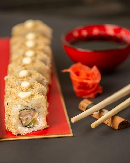 エビとアボカドのごま巻き寿司 無料写真