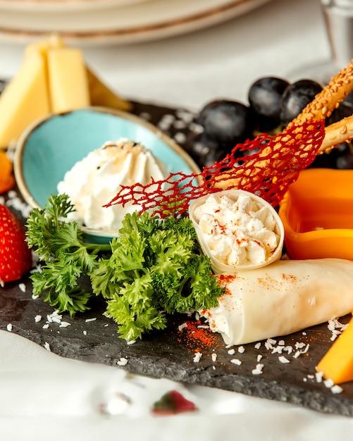 クラッカーとブドウのチーズプレート 無料写真
