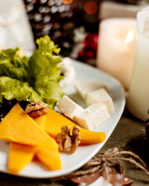 クルミとハーブのチーズプレート 無料写真