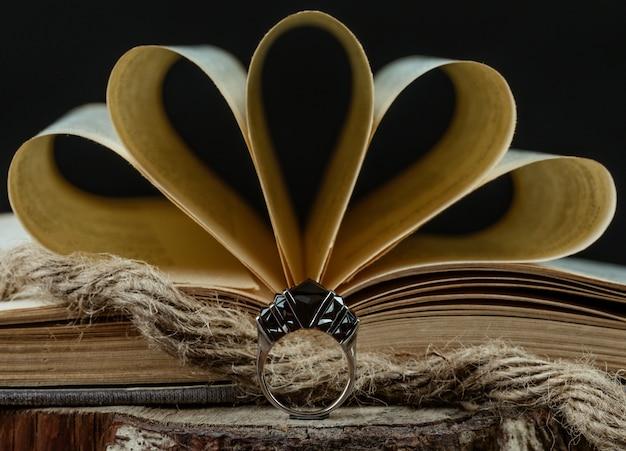 開かれた本、素朴なスタイルの前にブルゴーニュの石のリング 無料写真